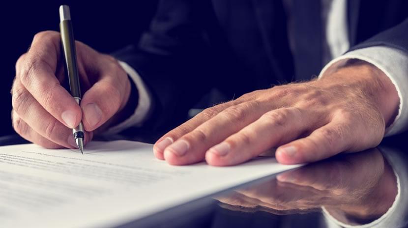 Impugnazione del testamento viene fatta quando si hanno dubbi sulla scrittura oppure sulle capacita' della persona che ha fatto il testamento, cioè se era capace o no di farlo o ad esempio è stato vittima di circonvenzione. Si impugna un testamento anche quando questo ha leso le quota di legittima, cioè le quote che vengano riservate per legge ad alcuni eredi necessari quali coniuge, figli ascendenti . Certo l'impugnazione di un testamento olografo e ancor di piu' l'impugnazione di un testamento pubblico non è cosa facile. Non basta dire non era capace di fare testamento ,occorre dimostrare in modo rigoroso che al momento in cui faceva testamento non era capace di intendere o che abbia subito una circonvenzione. Ma cosa vuol dire impugnare un testamento olografo? Vuol dire dimostrare che il testamento manca di requisiti fondamentali quali la grafia lasottoscrizione o la data e che o in alternativa sia stato scritto d aincapace, cose non facile, anzi assai difficili. Non basta dire o sostenere era anziano quindi non era in grado ,vi sono anziani e io ne conosco molti lucidissimi!!